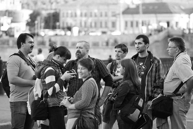 Участники фотопрогулки в День города Москвы. Автор фото - Эдуард Тадевосян
