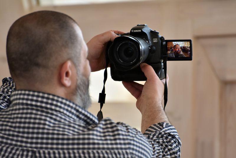 Евгений Колков делает селфи на зеркалку. Фото Юрия Вернера