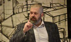 Евгений Колков, основатель Школы фотографии OPEN FOTO, ведет занятие
