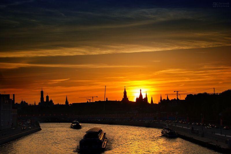 Вид с Большого Устьинского моста на Кремль. Фото: Евгений Колков