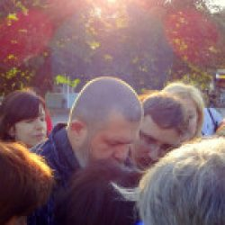 Участники фотопрогулки «Обновленная ВДНХ» вокруг Евгения Колкова, основателя OPEN FOTO